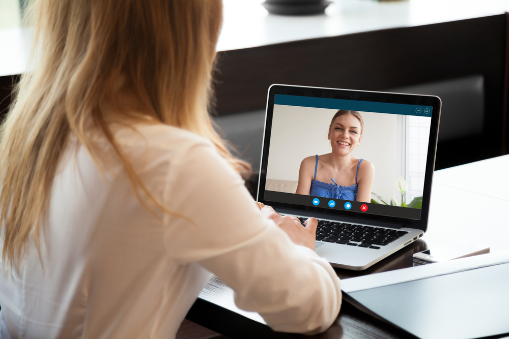 financial advisor meeting virtually with her client